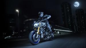 2017-Yamaha-MT10DX-EU-Silver-Blu-Carbon-Action-001